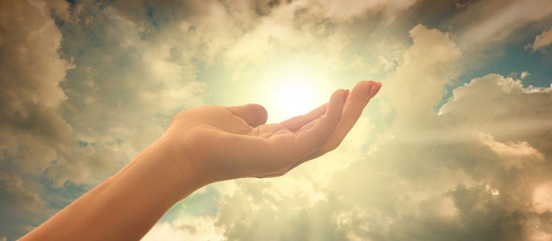 Dieu proche - Main ciel